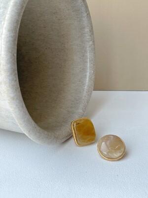 Позолоченные асимметричные серьги пусеты с янтарем. 6.8 гр.