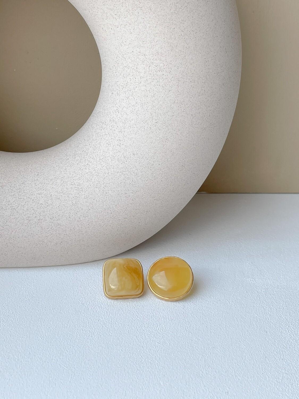 Позолоченные асимметричные серьги пусеты с янтарем. 6.23 гр.