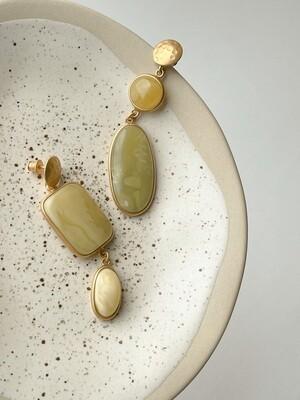 Позолоченные асимметричные серьги пусеты с янтарем. 13,10гр.