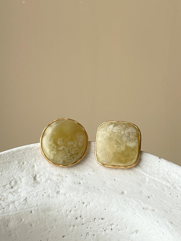 Позолоченные асимметричные серьги пусеты с янтарем. 6.16 гр.