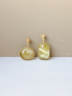 Позолоченные асимметричные серьги пусеты с янтарем 4, 33гр