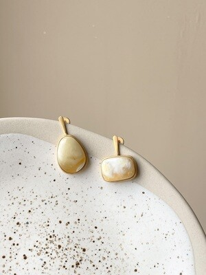 Позолоченные асимметричные серьги пусеты с янтарем 4,13гр