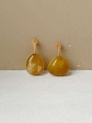 Позолоченные асимметричные серьги пусеты с янтарем 5,12гр