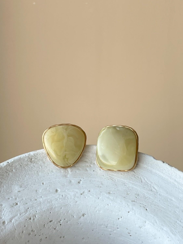 Позолоченные асимметричные серьги пусеты с янтарем, 7,04гр.
