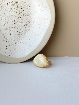 Позолоченное кольцо с янтарем, размер 16