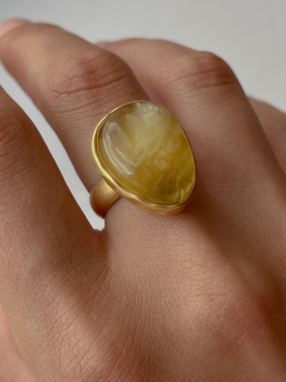 Позолоченное кольцо с янтарем, размер 17,25