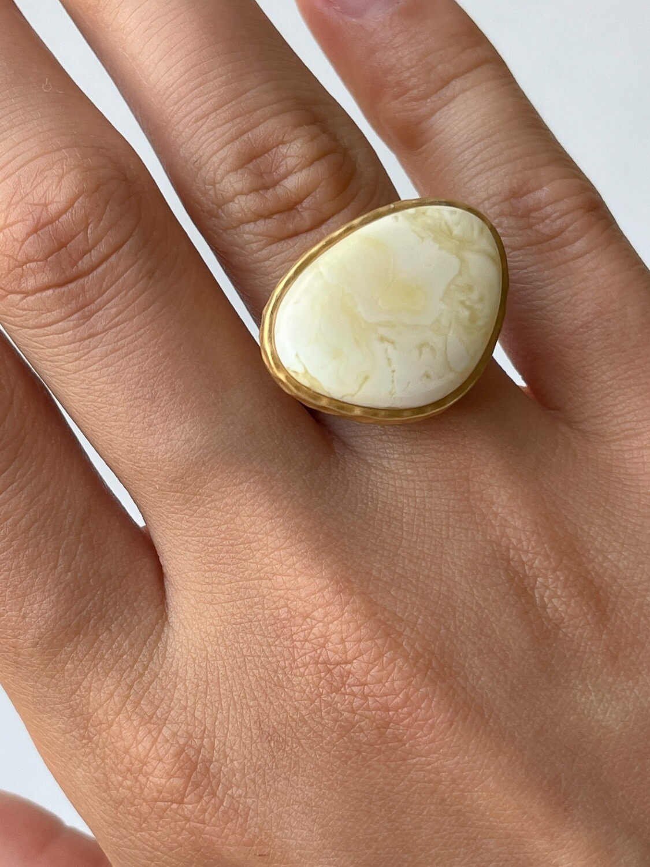 Позолоченное кольцо с янтарем, размер 16,5