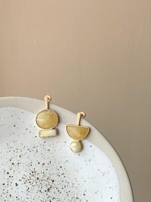 Позолоченные асимметричные серьги пусеты с янтарем 4,31гр