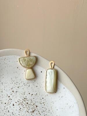 Позолоченные асимметричные серьги пусеты с янтарем. 6.37гр