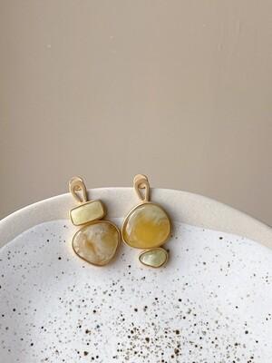 Позолоченные асимметричные серьги пусеты с янтарем. 5.84гр