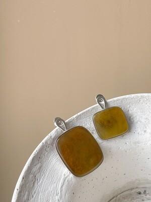 Серебряные асимметричные серьги с янтарем, вес 6,17гр