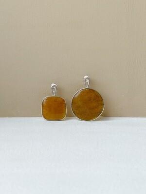 Серебряные асимметричные серьги с янтарем. 6,92 гр.