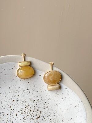 Позолоченные асимметричные серьги пусеты с янтарем. 6.11гр