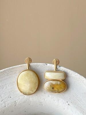 Позолоченные асимметричные серьги пусеты с янтарем. 5,35гр