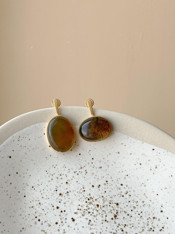 Позолоченные асимметричные серьги пусеты с янтарем. 4.70гр