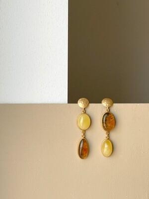 Позолоченные асимметричные серьги пусеты с янтарем. 9,15 гр