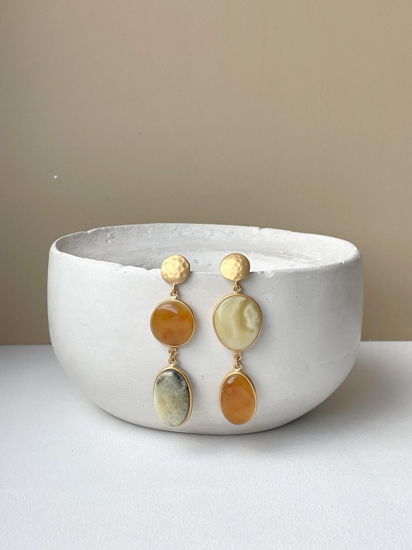 Позолоченные асимметричные серьги пусеты с янтарем. 10.36 гр