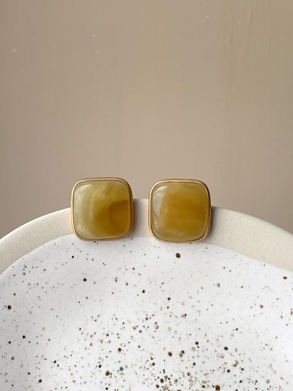 Позолоченные серьги пусеты с янтарем. 6 гр