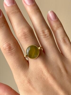 Позолоченное кольцо с янтарем, размер 18.5