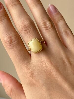 Позолоченное кольцо с янтарем, размер 17.75