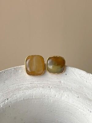 Позолоченные асимметричные серьги пусеты с янтарем. 5,70гр.