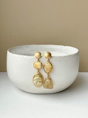 Позолоченные асимметричные серьги пусеты с янтарем. 10.30 гр
