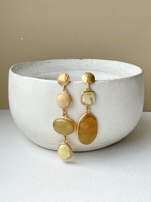 Позолоченные асимметричные серьги пусеты с янтарем. 12,17 гр