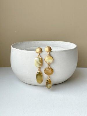 Позолоченные асимметричные серьги пусеты с янтарем. 11,50 гр