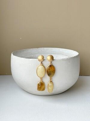 Позолоченные асимметричные серьги пусеты с янтарем. 10.21 гр