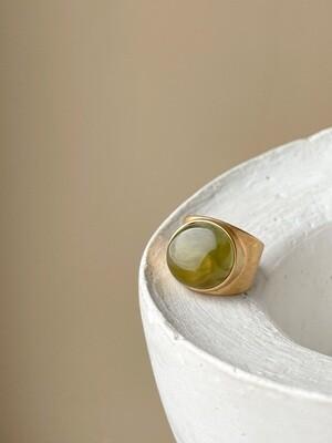 Позолоченное кольцо с янтарем, размер 16.75