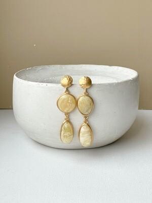 Позолоченные асимметричные серьги пусеты с янтарем. 10.92 гр