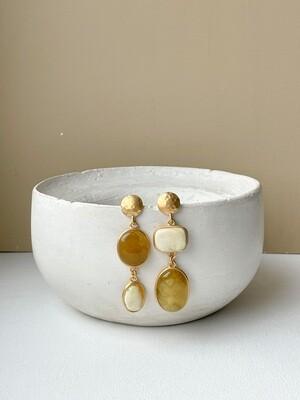 Позолоченные асимметричные серьги пусеты с янтарем. 10,47 гр
