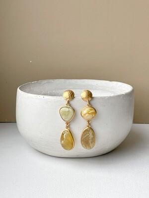 Позолоченные асимметричные серьги пусеты с янтарем. 9,62 гр
