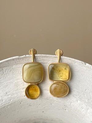 Позолоченные асимметричные серьги пусеты с янтарем 5,11 гр