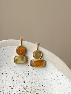 Позолоченные асимметричные серьги пусеты с янтарем. 4,89гр