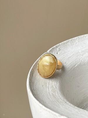 Позолоченное кольцо с янтарем, размер 17,75