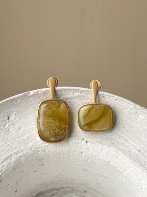 Позолоченные асимметричные серьги пусеты с янтарем 4,08гр