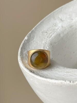 Позолоченное кольцо с янтарем, размер 15.5