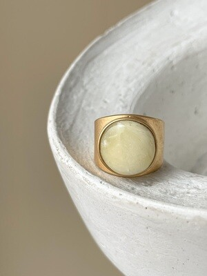 Позолоченное кольцо с янтарем, размер 17