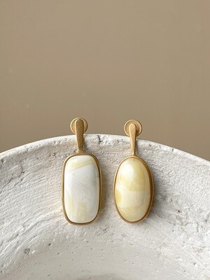 Позолоченные асимметричные серьги пусеты с янтарем 4,37 гр