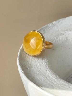 Позолоченное кольцо с янтарем, размер 17.5