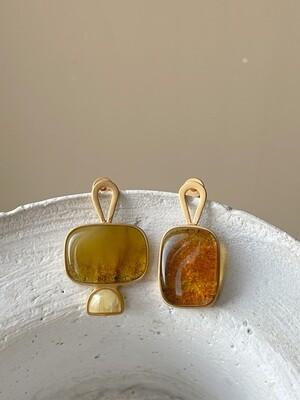 Позолоченные асимметричные серьги пусеты с янтарем 5,33гр