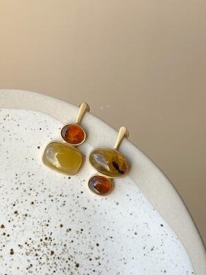 Позолоченные асимметричные серьги пусеты с янтарем 5,70гр