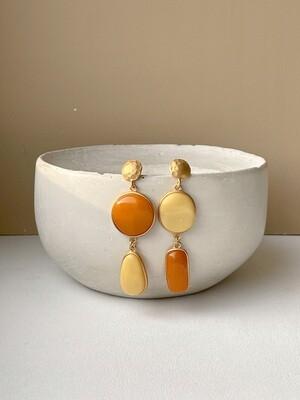 Позолоченные асимметричные серьги пусеты с янтарем. 12,61 гр