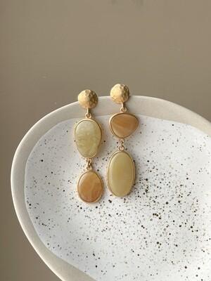Позолоченные асимметричные серьги пусеты с янтарем. 10.51 гр