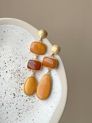 Позолоченные асимметричные серьги пусеты с янтарем. 13,96гр