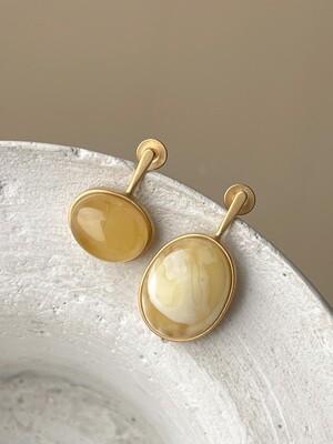 Позолоченные асимметричные серьги пусеты с янтарем 4,04 гр