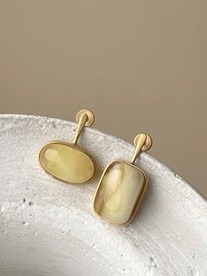 Позолоченные асимметричные серьги пусеты с янтарем 4 гр