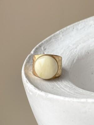 Позолоченное кольцо с янтарем, размер 15.75