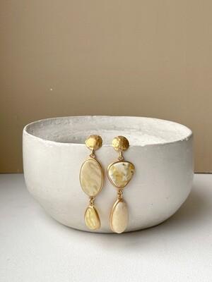 Позолоченные асимметричные серьги пусеты с янтарем. 10.55 гр